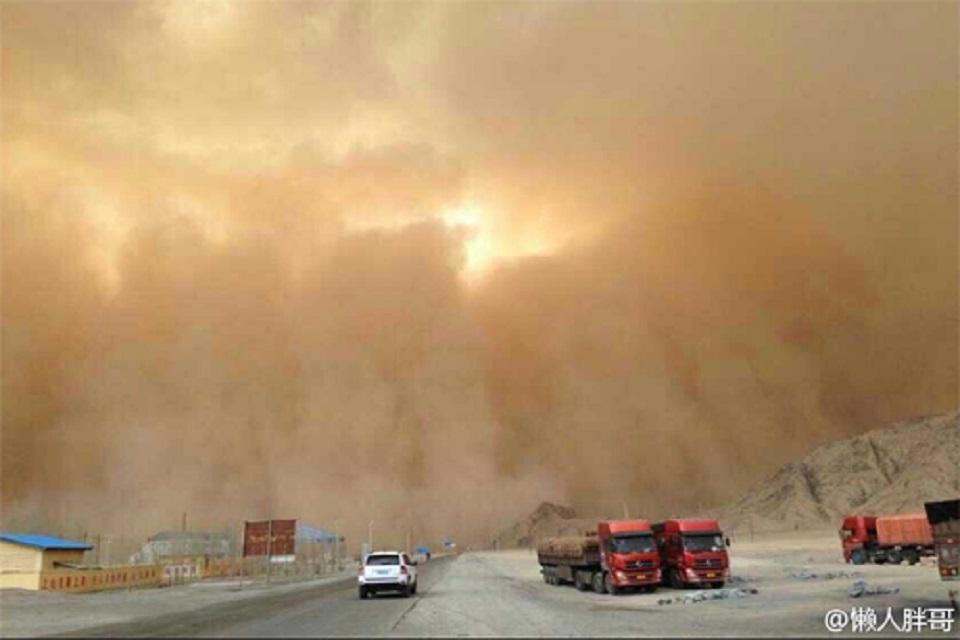 巨型沙尘暴来袭青海省格尔木市一幕